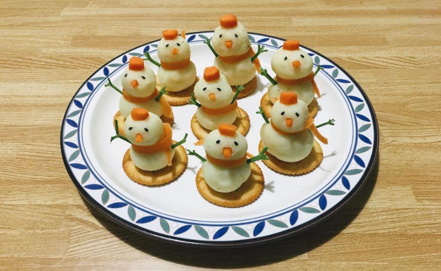 ポテトサラダを雪だるまみたいに飾りつけしている