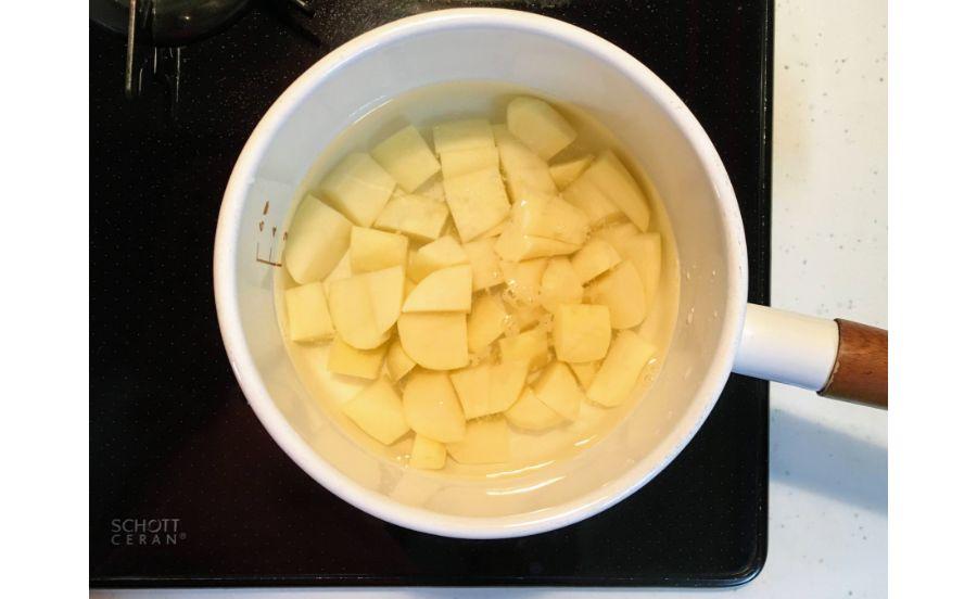 ジャガイモを茹でているところ