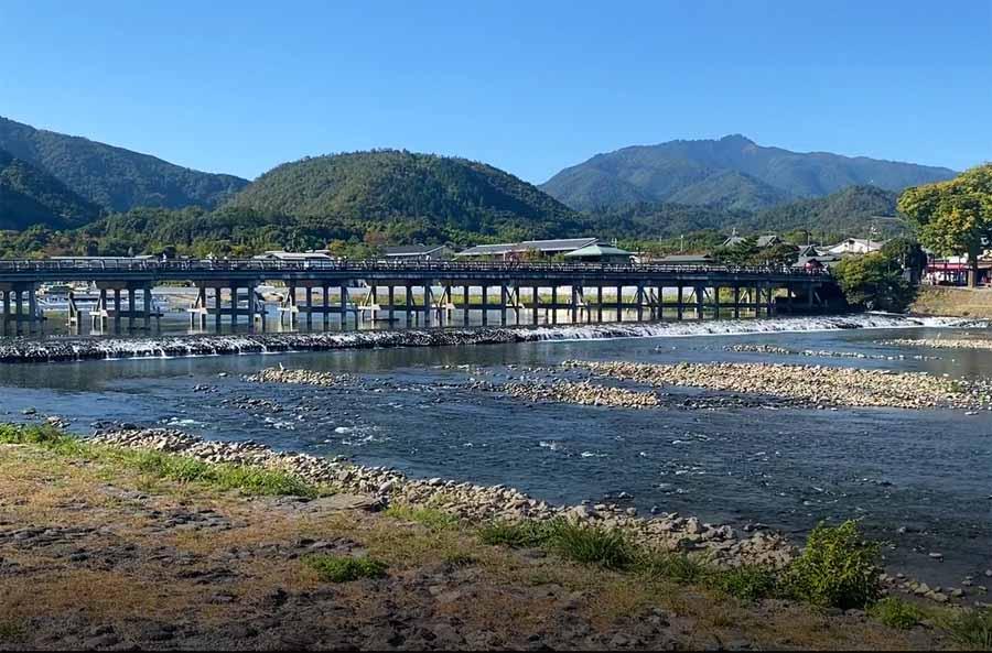 嵐山の中心地渡月橋付近