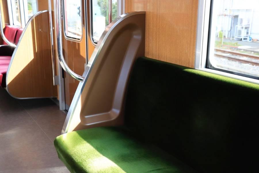 座席シートの端のくぼみ
