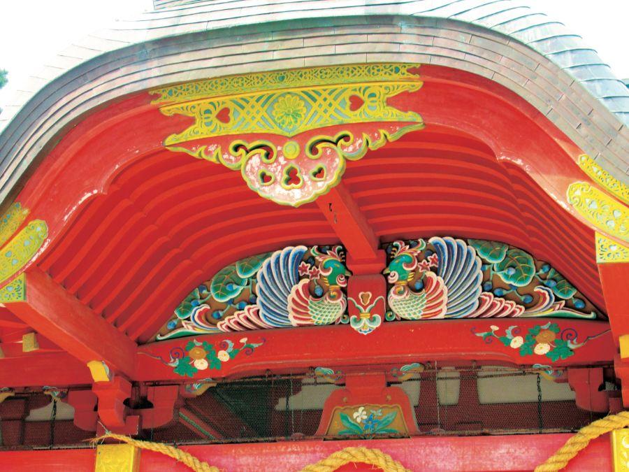 拝殿の鶏の装飾