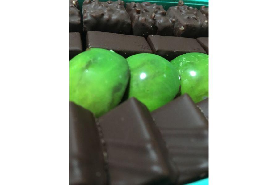 緑に輝くチョコレート