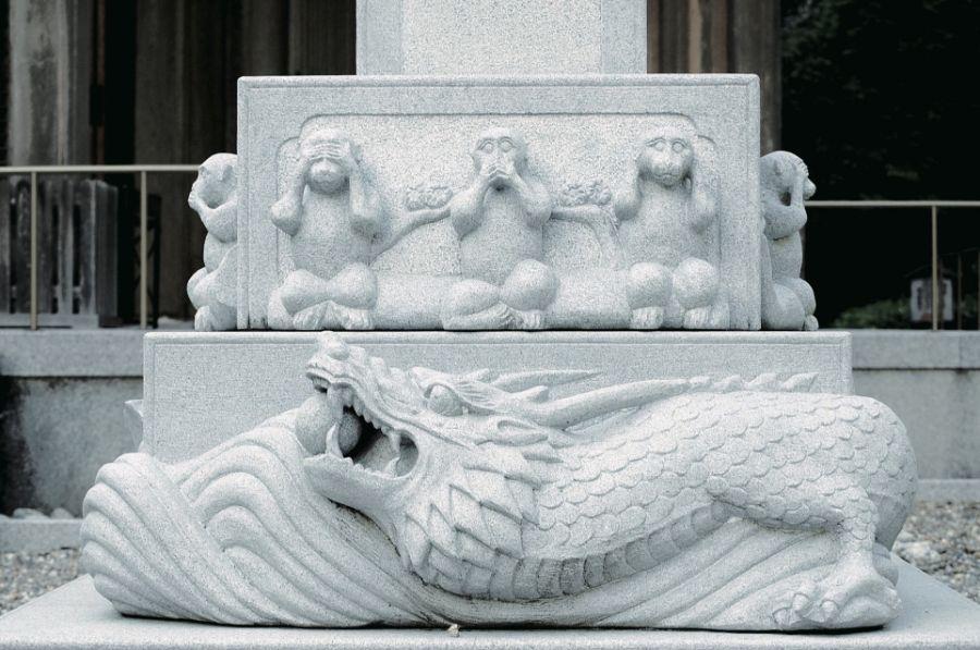 柱には、見ざる・言わざる・聞かざるの三猿の像が