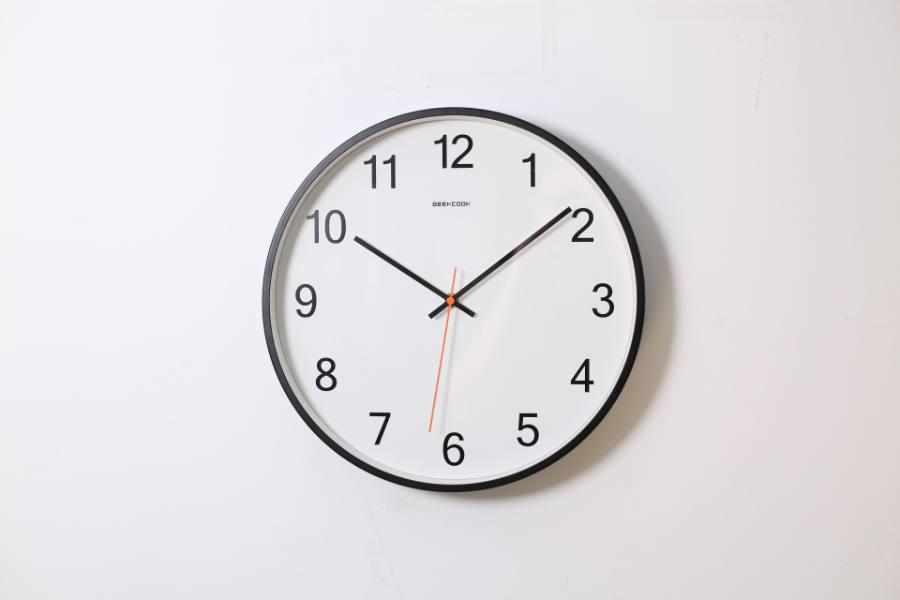 10時8分を指す時計