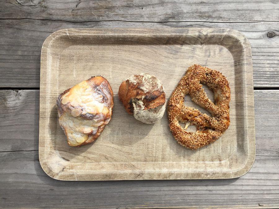 3種類のパンが並ぶトレー