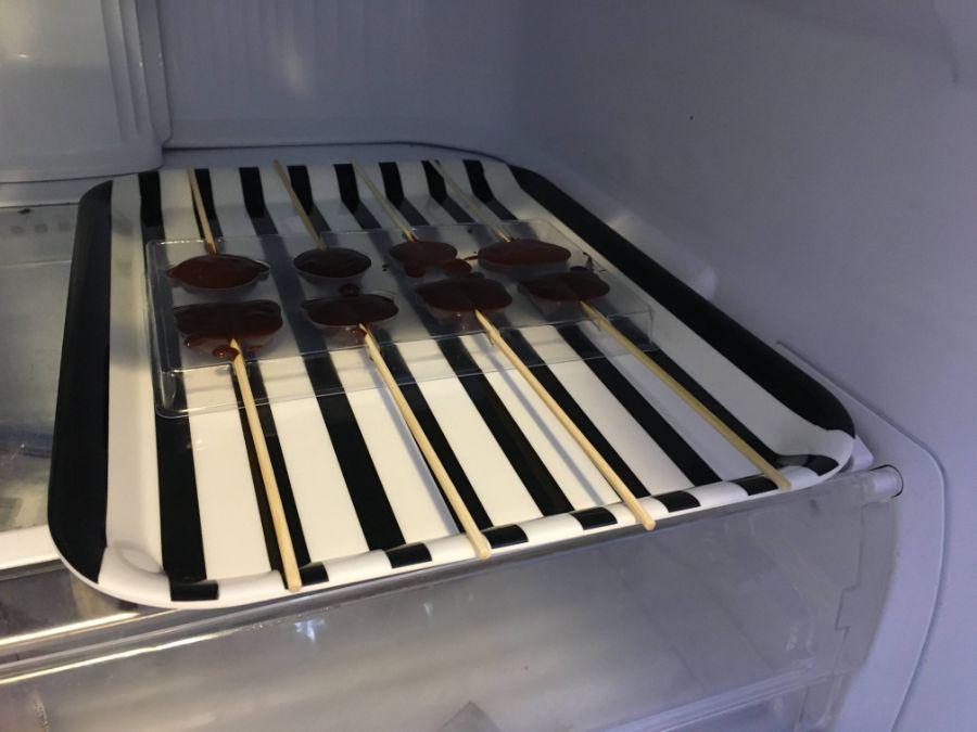 チョコレートを冷蔵庫で冷ます様子