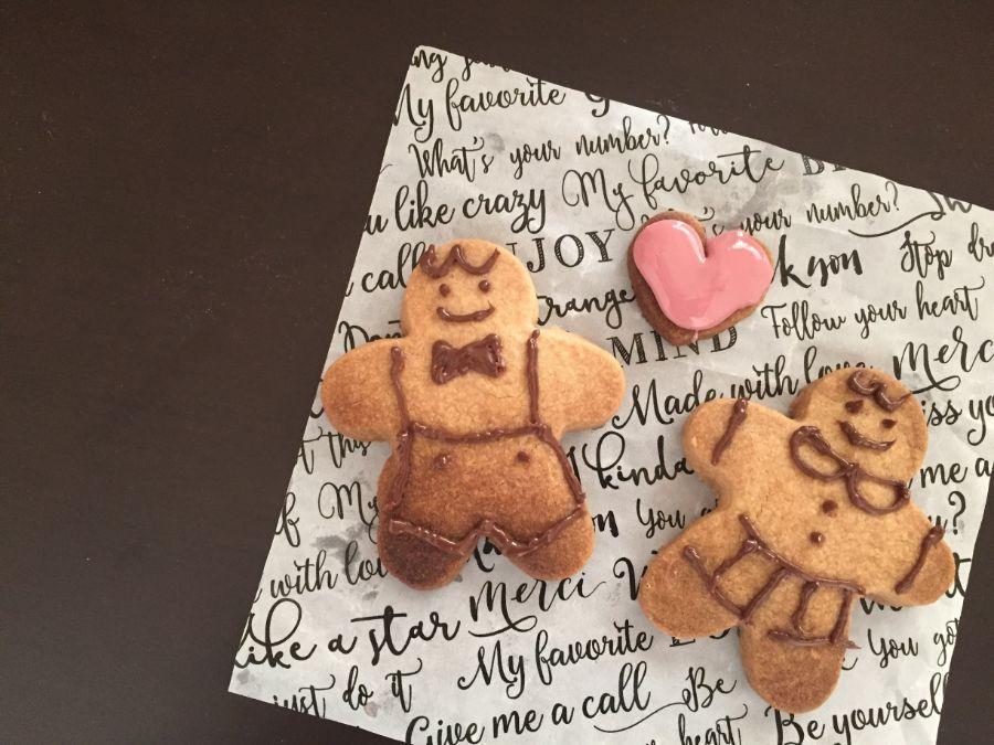 人形型のクッキーにチョコペンで男の子と女の子の絵が描かれている