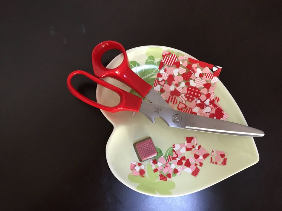 お皿の上で転写シートを切るイメージ