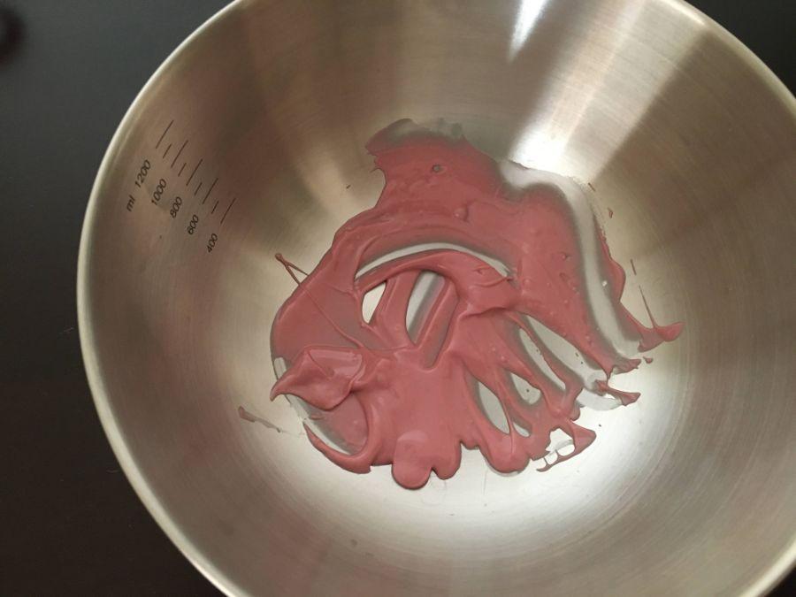 湯煎したピンク色のルビーチョコレート