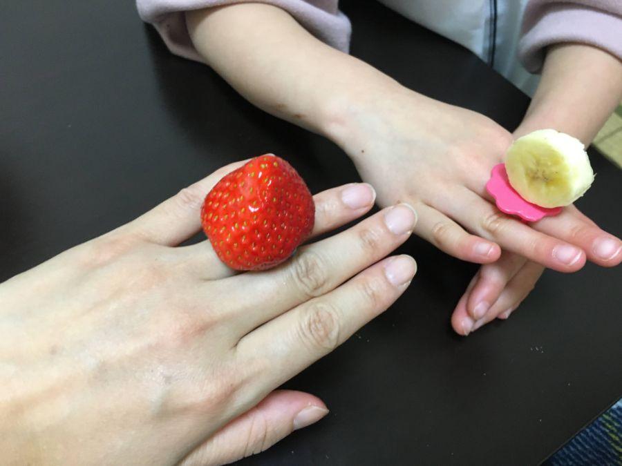 イチゴの指輪にバナナの指輪を付ける親子