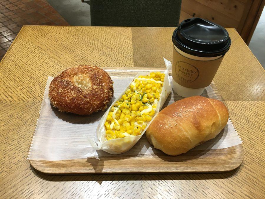 3種類のパンとコーヒー