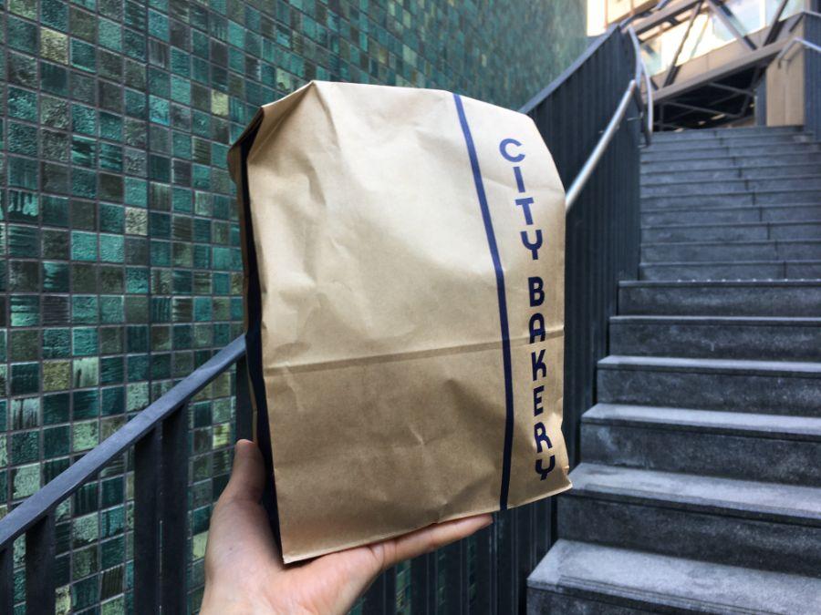 CITY BAKERYと書かれた紙袋