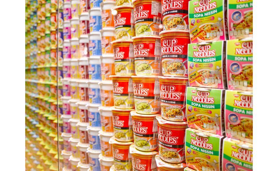 色使いもお国柄がでる世界のカップヌードルのパッケージ