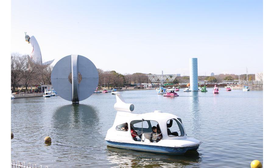 ゆっくり夢の池の水面をすべるボートの数々