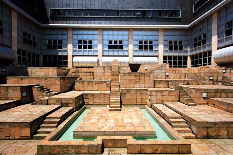 古代の神殿を思わせるみんぱくの中庭・未来の遺跡