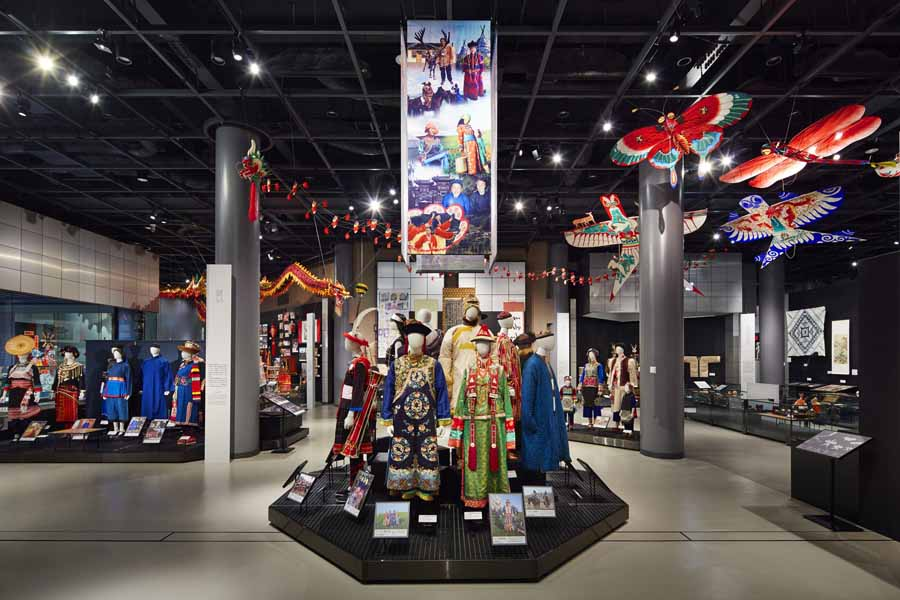 中国の民族衣装を展示した中国ゾーンの様子