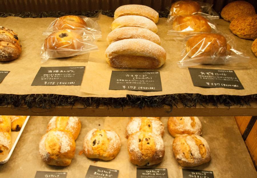 たくさんパンが並んだパンスケープの棚