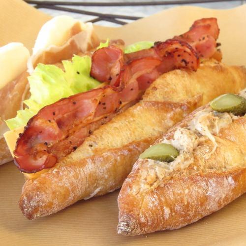 フランスパンにベーコンがサンドされたサンドイッチ