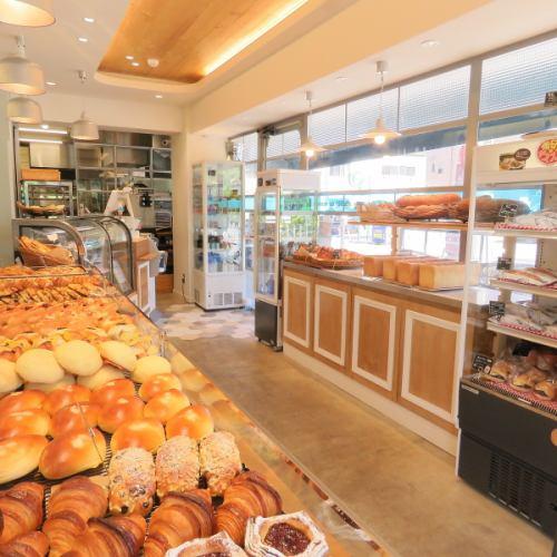 店内に並ぶ品数豊富なパン