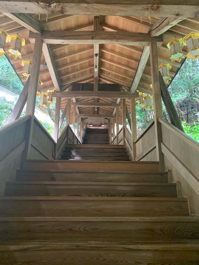 奥之院へと続く木の長い廊下