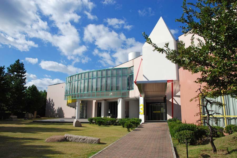 芦屋の閑静な住宅街に建つ美術館
