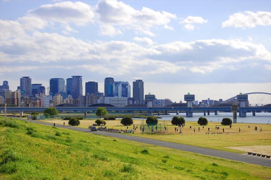 淀川から梅田方面をのぞむ