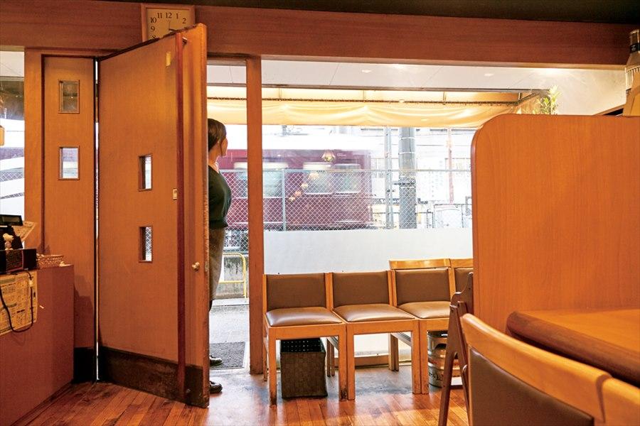 アルバル服部の窓から見える阪急電車