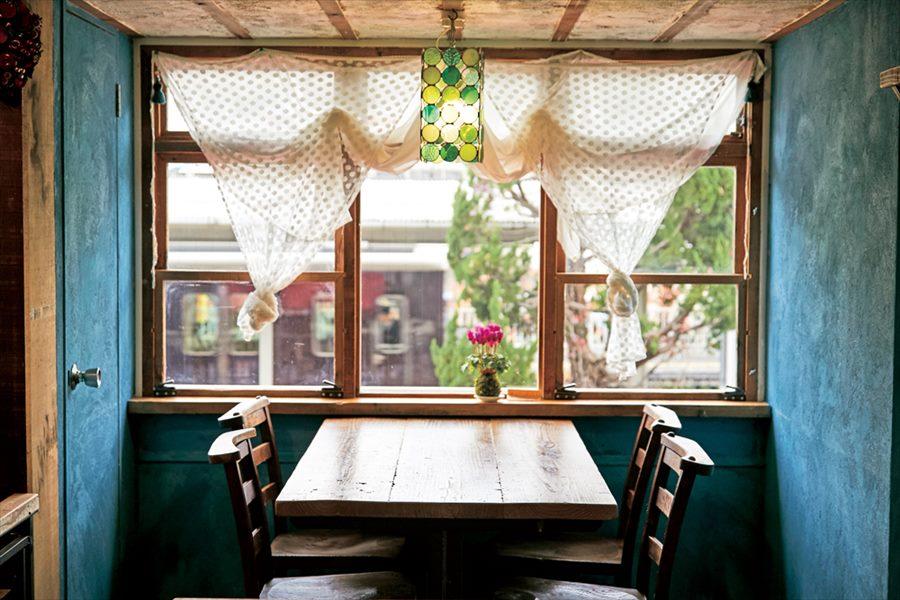 窓の外に阪急電車が見えるカフェプロポ