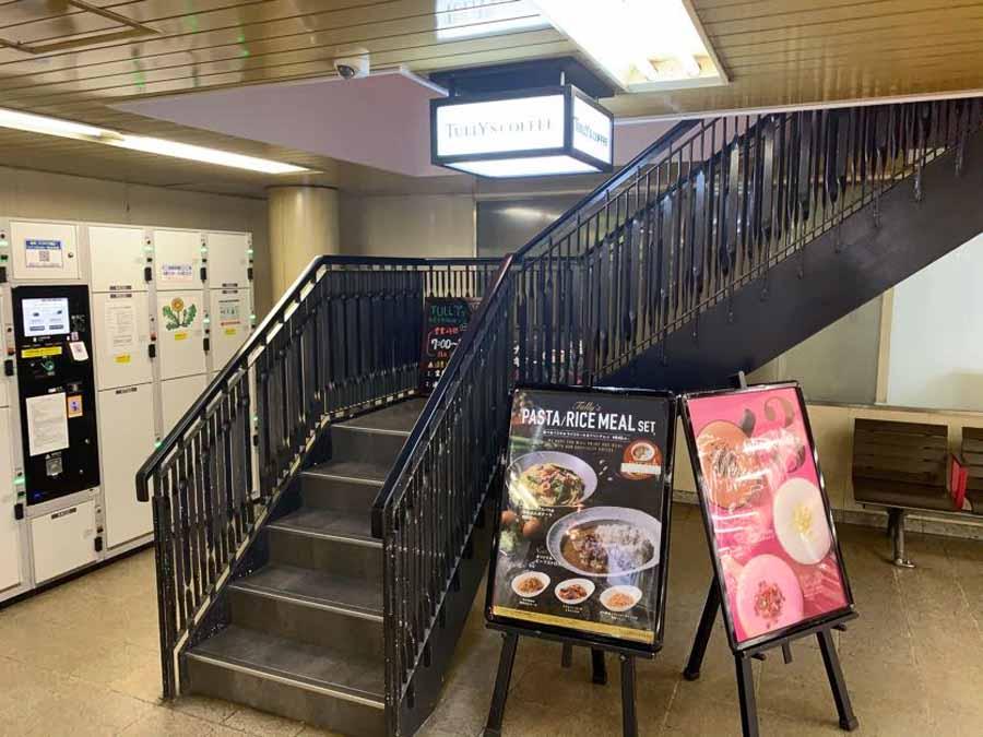 ホームの端にある店内への階段