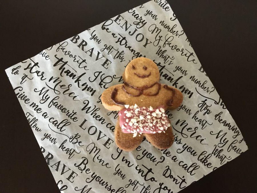 ピンクのエプロンをした人形のクッキー