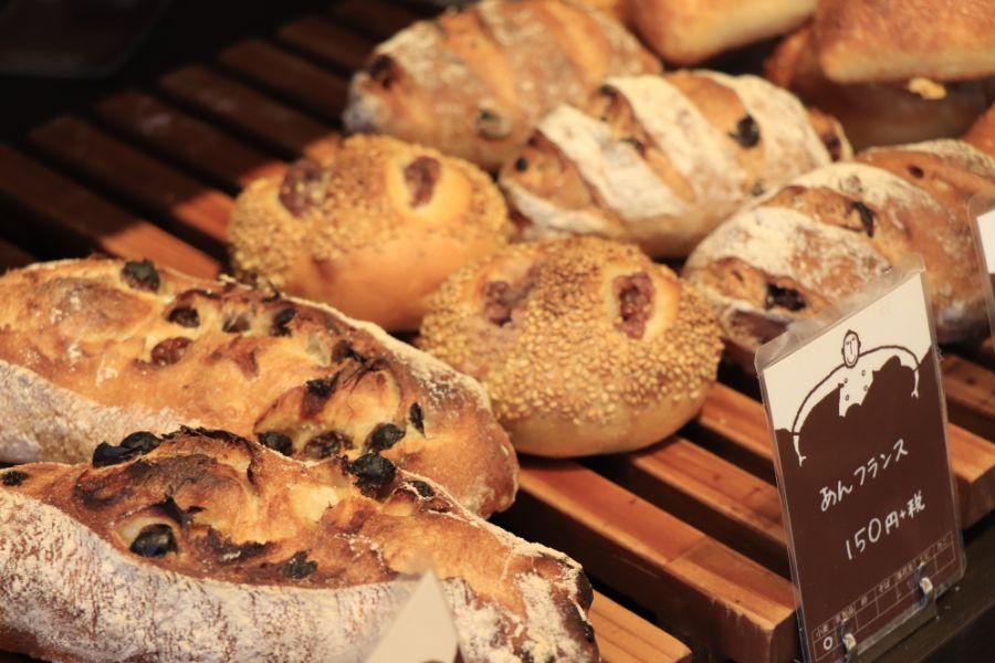棚に並んだおいしそうなパン