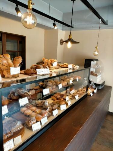 パンが並んだ店内