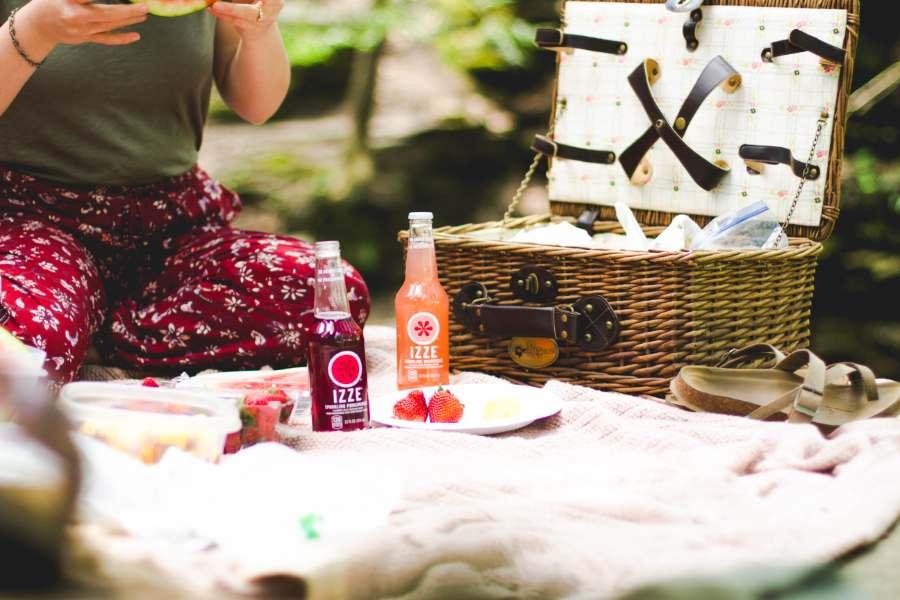 ピクニック用のカゴとおしゃれなドリンク