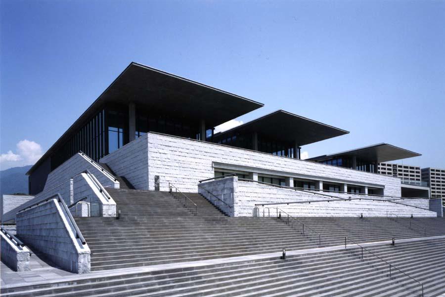 海の側に建つ兵庫県立美術館