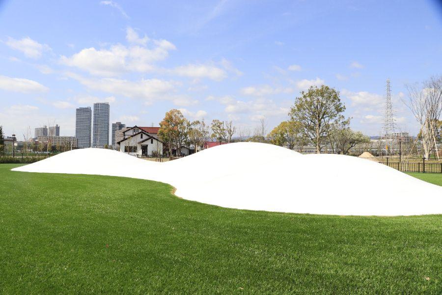 白くて小高い丘のようなトランポリン