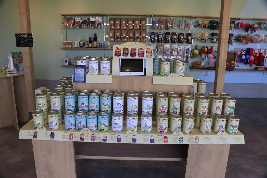 ペットフードの缶詰が並ぶ店内
