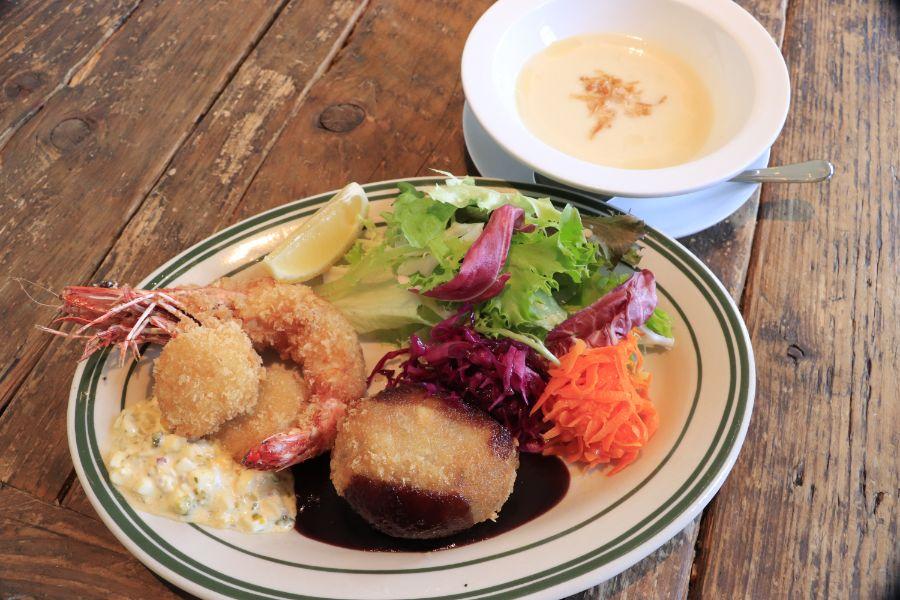 エビ・ホタテのフライ、コロッケのプレートとスープ