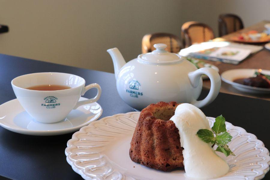 ティーポットに紅茶、クリームののったクグロフ