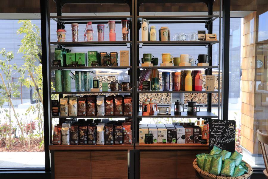 コーヒー豆やタンブラーが並ぶ棚