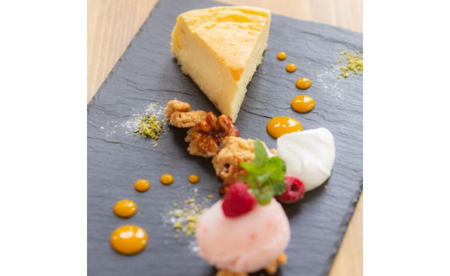 café de assietteの半熟チーズケーキ『福岡あまおう苺のアイス添え』