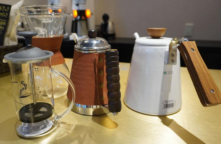 ポットほかコーヒー道具がそろう