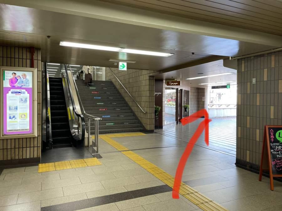 歩道橋に繋がる池田駅のコンコース