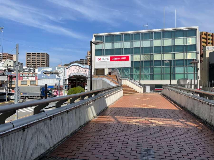商店街へつながる駅の歩道橋