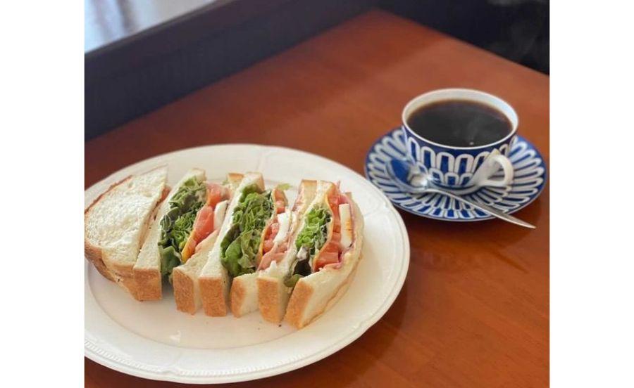 名次珈琲店のハムとチェダーチーズトマトのサンドイッチ