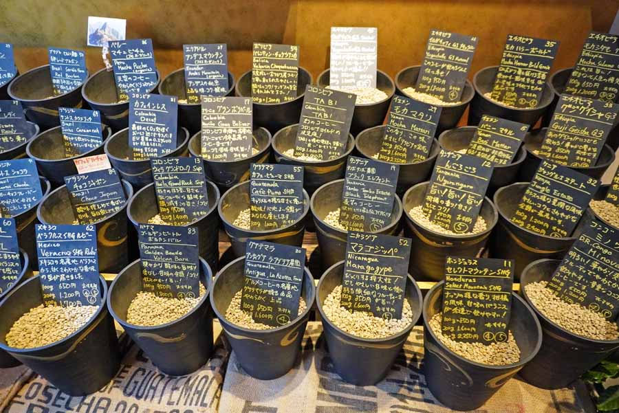 土製の容器に入れられた生豆が並ぶ店内の様子