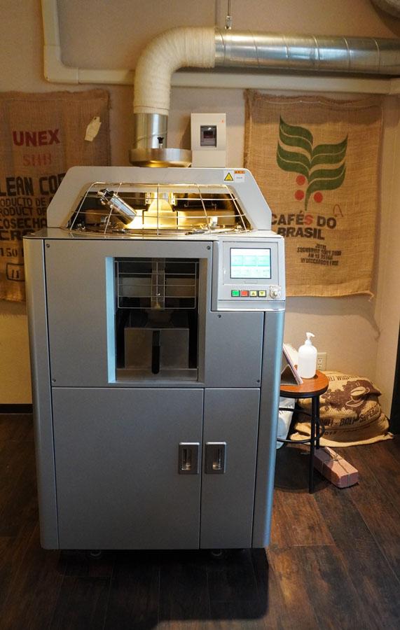 店内に置かれた大きな焙煎機