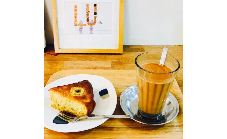高波カフェのホットバナナケーキと高波チャイ