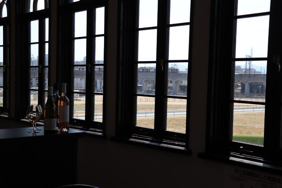2階の窓から見える阪急電車