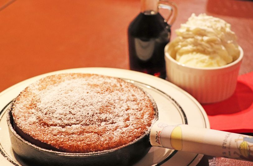 スキレットフライパンで焼かれたパンケーキ