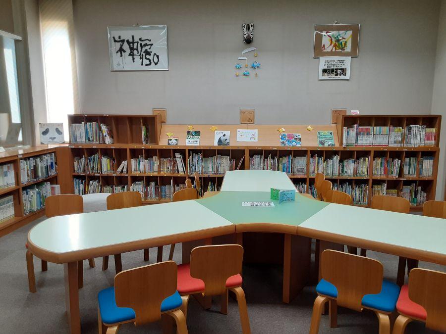 絵本や図鑑が並ぶ図書室